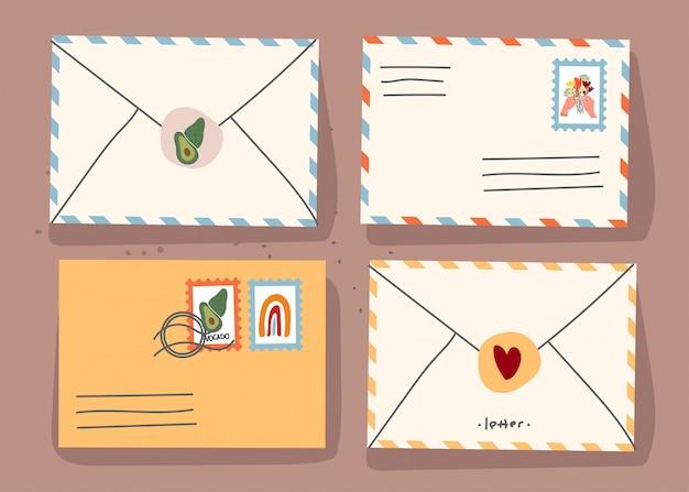 Бумажные конверты с марками и декоративными элементами на изолированном фоне. плоский рисунок. ,