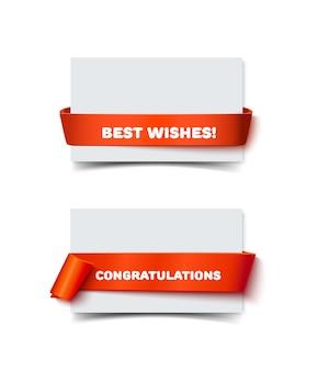 Бумажные поздравительные открытки с изогнутым красным бантом ленты подарка изолированным на белизне. реалистичная иллюстрация белой бумаги для заметок с лентой с пространством для текста для баннера и украшения