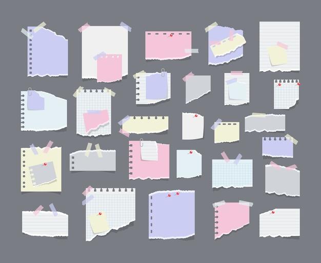 Бумажные заметки на наклейках, блокноты и записки, рваные бумажные листы. пустая бумага с напоминанием о встрече, список дел и офисное уведомление или информационная доска. информационное напоминание.