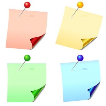 Листы бумаги для заметок с закрепленными канцелярскими значками