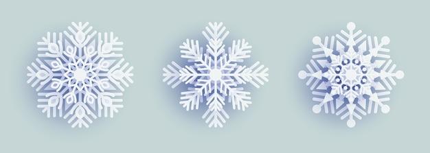 白い背景の上の紙の雪の結晶