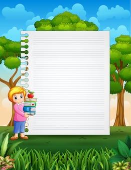 本の山を保持している女性と紙のテンプレート