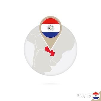 파라과이 지도 및 원 안에 플래그입니다. 파라과이 지도, 파라과이 플래그 핀. 세계 스타일의 파라과이 지도. 벡터 일러스트 레이 션.