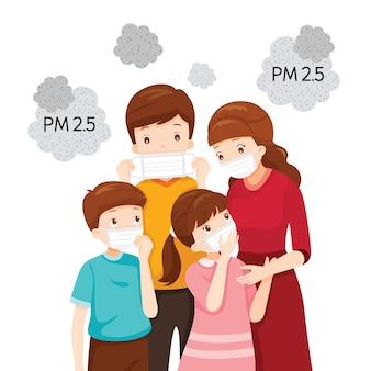親と子が大気汚染マスクを着用して、ほこり、煙、煙、スモッグ、コロナウイルス病を保護します