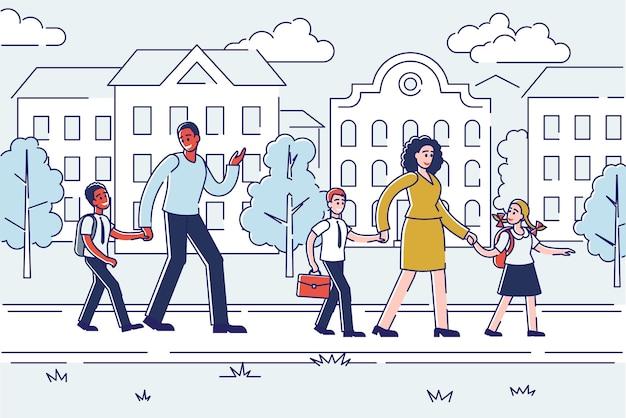 Родители проводят детей в школу по линейному городскому зданию. мать, отец и школьники с ранцами, взявшись за руку