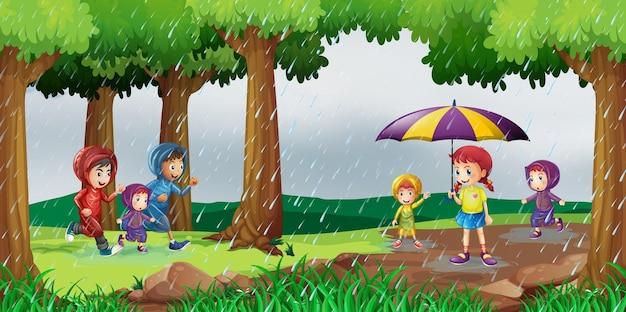 雨の中で子供たちと一緒に公園のシーン
