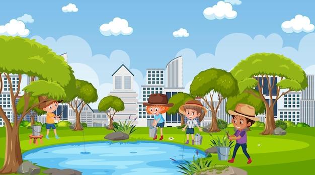 연못에서 낚시를 하는 많은 아이들이 있는 공원 장면
