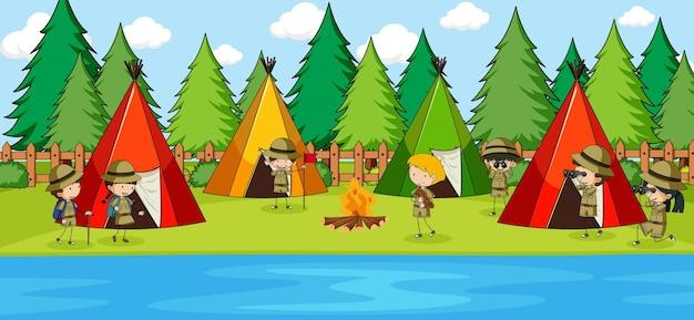 많은 아이들이 캠핑 낙서 만화 캐릭터와 함께 공원 장면