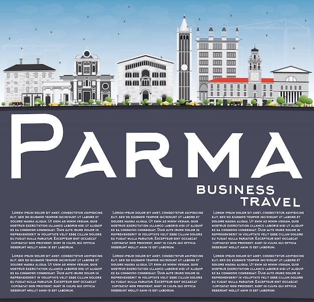 Парма skyline с серых зданий, голубое небо и копией пространства.