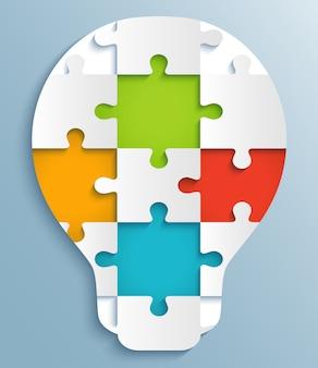 電球の形のパズルの一部。カラフルなパズルのピースでクリエイティブ