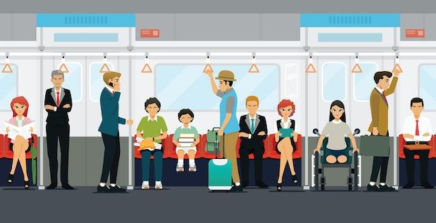 승객은 서 있고 지하철에 앉아 있습니다.