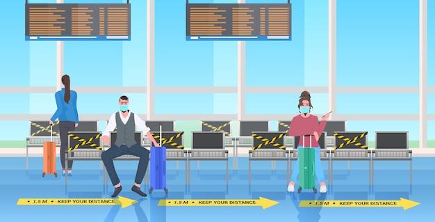 코로나 바이러스 사회적 거리두기 개념을 방지하기 위해 거리를 유지하는 승객 공항 터미널 내부