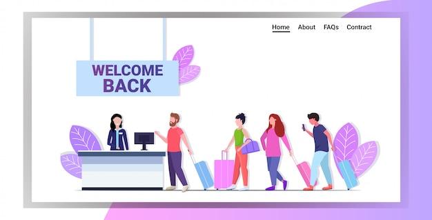 승객 수표 코로나 바이러스 대유행 검역소를 위해 공항 카운터에서 줄을 서서 기다리는 승객