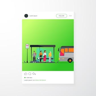 버스 정류장에서 대중 교통을 기다리는 승객 평면 벡터 일러스트 레이 션. 자동을 사용하는 만화 캐릭터. 운송 및 운송 개념.