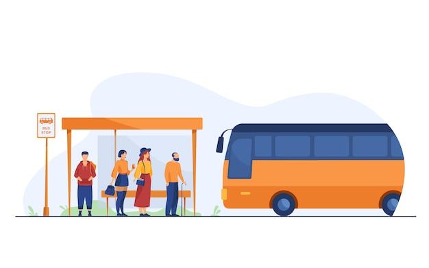 버스 정류장에서 대중 교통을 기다리는 승객