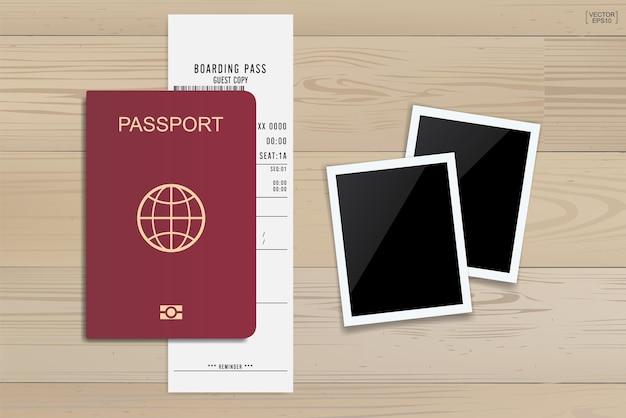 Билет на паспорт и посадочный талон на деревянном фоне. векторная иллюстрация.