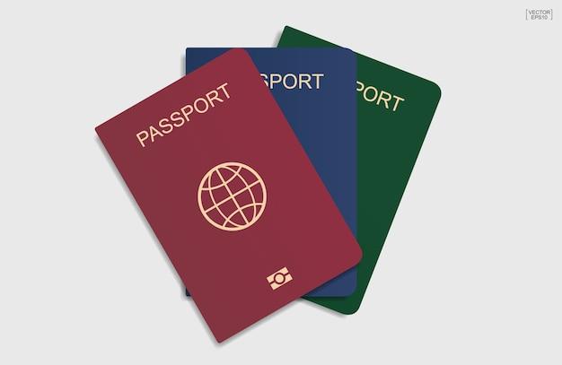 白い背景の上のパスポート。