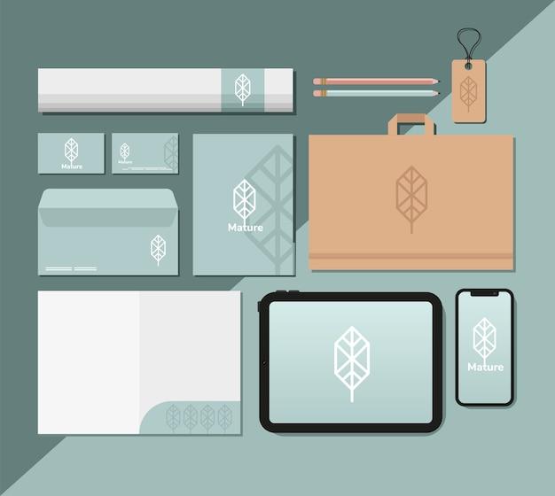 青いイラストデザインのパッチメントロールとモックアップセット要素のバンドル