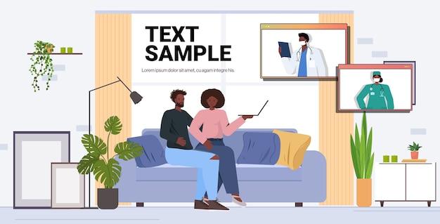 Webブラウザーウィンドウでアフリカ系アメリカ人の医師と話し合う患者