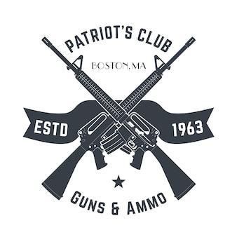 自動銃、アサルトライフルとビンテージ銃ショップサイン、白で隔離される銃店エンブレムと愛国者クラブヴィンテージロゴ