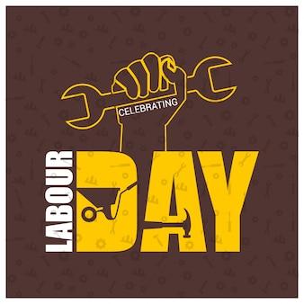 労働者の手と茶色のpatterened背景にレンチと幸せ労働日