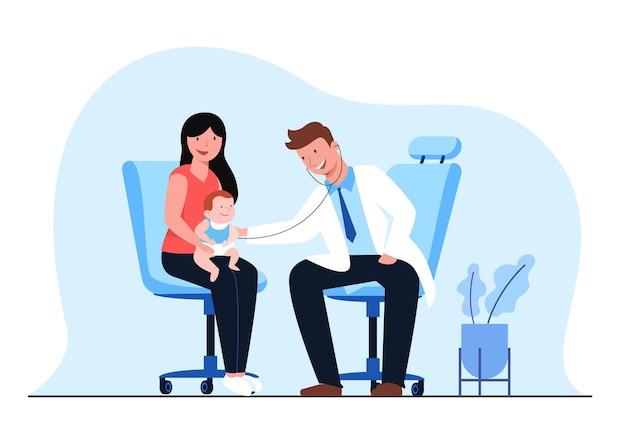 의사와 소아과 검진. 엄마와 아이는 소아과 의사의 진찰을 받습니다.