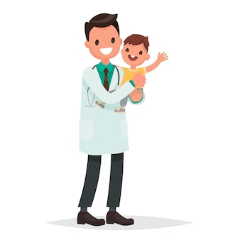 Мужчина педиатр держит здорового веселого ребенка