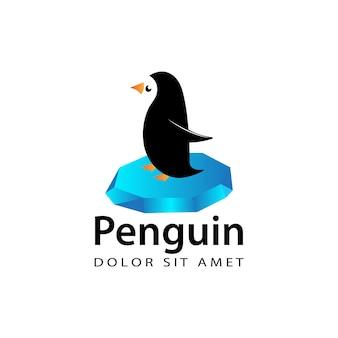 ペンギンは、孤立した白い背景を持つ氷のロゴテンプレートデザインベクトルのチャンクの上に立つ