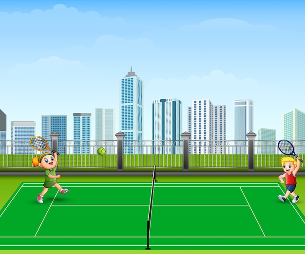 Люди играют в теннис на открытом воздухе