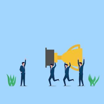 사람들은 성공과 팀워크의 관리자 은유를 위해 트로피를 함께 운반합니다.