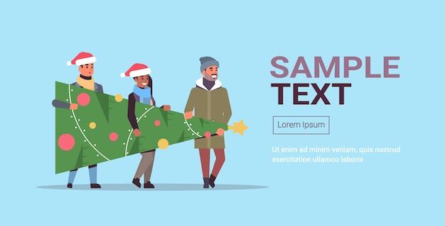 メリークリスマスの準備をしているモミの木を運ぶ人々幸せな新年の休日のお祝いのコンセプトミックスサンタの帽子をかぶっているレースの友達コピースペース水平全長ベクトルイラスト
