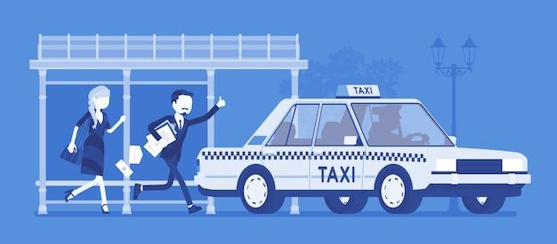Люди ловят такси