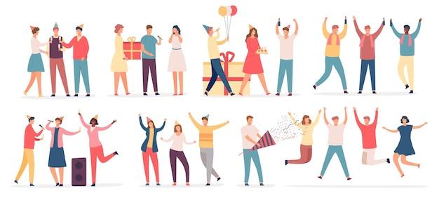 Люди празднуют день рождения. друзья-персонажи танцуют на вечеринке, поют караоке, держат торт и подарок, пьют шампанское. набор плоских празднует вектор. мужчина и женщина делают сюрприз, поздравляя