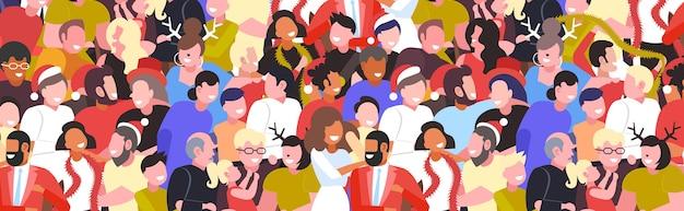 Люди празднуют счастливого рождества с новым годом вечеринка зимние праздники концепция мужчины женщины толпа стоя вместе веселятся