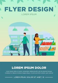 食料品店で商品を選ぶ人。トロリー、野菜、バスケットフラットベクトルイラスト。バナー、ウェブサイトのデザインまたはランディングウェブページのショッピングとスーパーマーケットのコンセプト