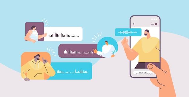 Люди общаются в мессенджерах с помощью голосовых сообщений в мобильном приложении приложение аудиочата социальные сети концепция онлайн-общения горизонтальный портрет векторная иллюстрация
