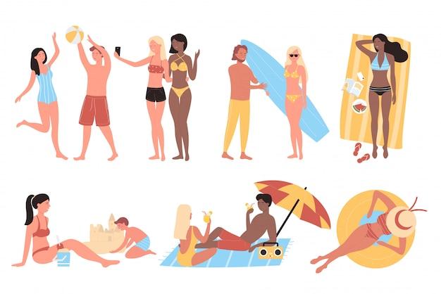 Пары людей выполняя мероприятия на свежем воздухе летних каникулов на комплекте пляжа песка изолировали белую предпосылку. мужчина и женщина делают селфи, отдыхают, загорают и гуляют, несут доску для серфинга, играют