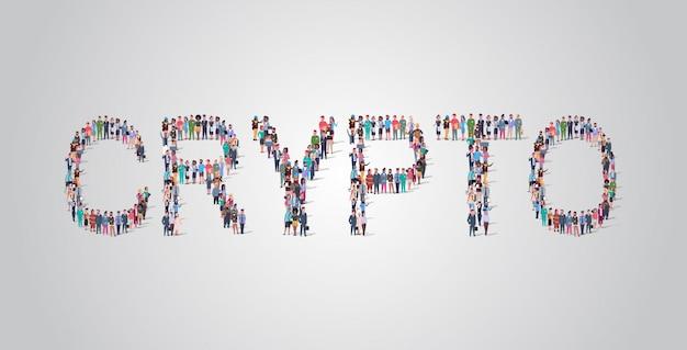 Толпа людей собирается в форме крипто слова