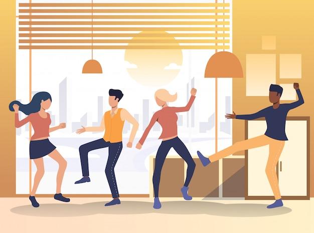 自宅で踊る人々