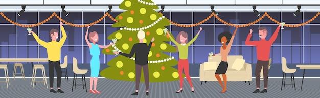 クリスマスツリーの近くで踊る人々メリークリスマス休日のお祝いのコンセプト同僚楽しい企業パーティーモダンなオフィスインテリアベクトルイラスト