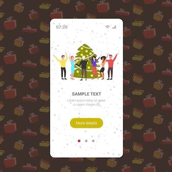 クリスマスツリーの近くで踊る人々メリークリスマス休日のお祝いのコンセプト同僚楽しい企業パーティースマートフォン画面オンラインモバイルアプリ完全な長さのベクトル図