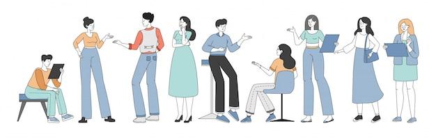 商談やコーヒーブレークの漫画の概要図の間に議論し、ブレーンストーミングする人々。