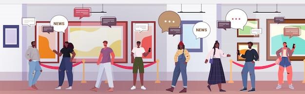 Люди, обсуждающие ежедневные новости во время встречи в художественной галерее, чат, пузырь, связь, концепция, смесь, посетители гонки, осматривают экспонаты в музее, полная длина горизонтальная иллюстрация.