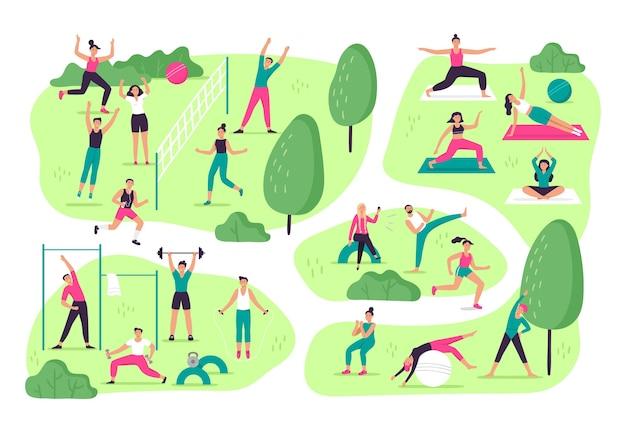 Люди занимаются спортом в парке