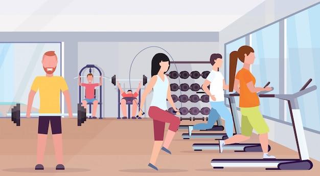 건강 한 라이프 스타일 개념 현대 헬스 클럽 스튜디오 인테리어 가로 운동 체육관에서 훈련을 함께 운동하는 남성 여성 운동을하는 사람들