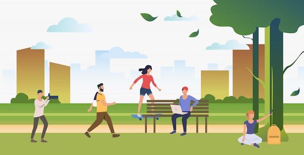 도시 공원에서 스포츠, 휴식 및 사진을 찍는 사람들