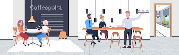 고객 커피 포인트 개념 현대 카페 인테리어 가로 전체 길이를 커플에게 음료를 제공하는 커피 웨이터를 마시는 사람들