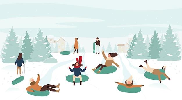 人々は下り坂でそり滑り冬の健康的なゲームを楽しんでいます