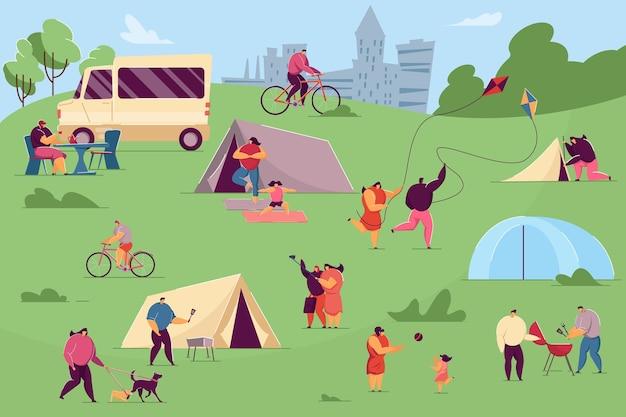 야외에서 캠핑을 즐기는 사람들. 평면 벡터 일러스트 레이 션. 요가를 하고, 연을 가지고 놀고, 요리하고, 셀카를 만드는 아이들과 애완동물을 가진 남녀. 캠핑, 자연, 주말, 휴가 개념