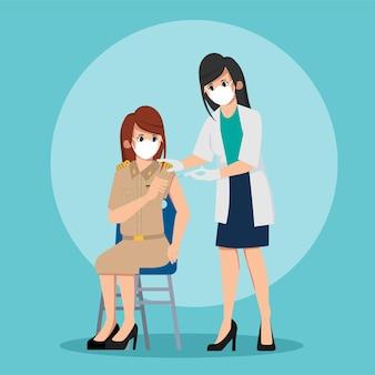 人々はウイルスから保護するために医者と一緒にワクチンを接種します。タイの公務員は最初に予防接種をテストします。